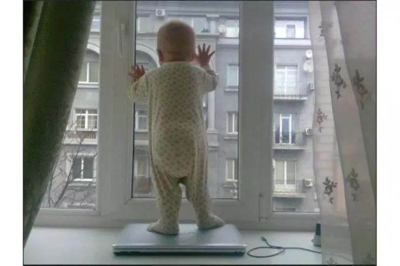 младенец в окне